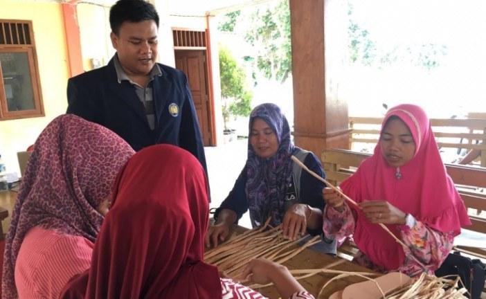 Mahasiswa FMIPA Mengajak PKK Desa Padang Mengolah Limbah Eceng Gondok Sebagai Bahan Sandal